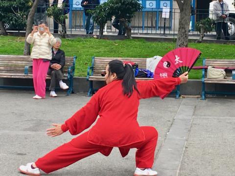 [Photo : Tai Chi Chuan avec éventail dans Chinatown San Francisco]