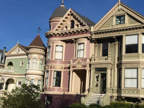 [Photo : maisons victoriennes à San Francisco]