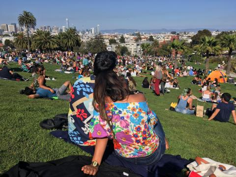 [Photo : couple avec t-shirt hippie dans un parc de Francisco]