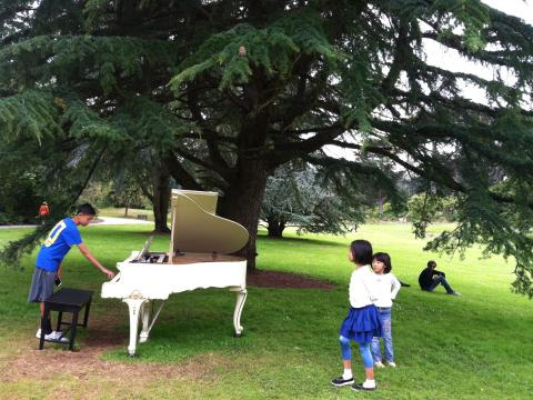 [Photo : enfants avec piano blanc dans le parc du Golden Gate]