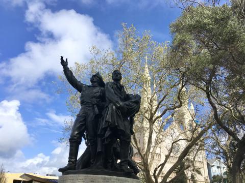 [Photo : Statue des pompiers devant une église de North Beach, quartier italien de San Francisco]