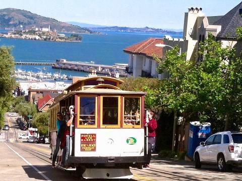 [Photo : Cable car San Francisco avec vue sur la baie]