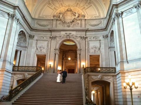 [Photo : Grand escalier sous la rotonde de la mairie ou City Hall San Francisco]
