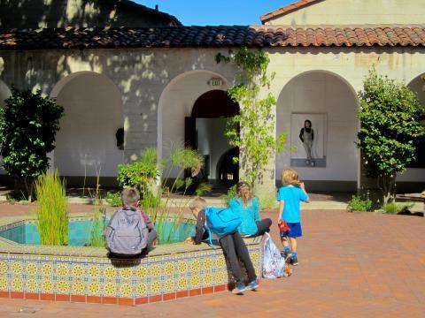 enfants s'amusant autour d'une fontaine dans un patio San Francisco