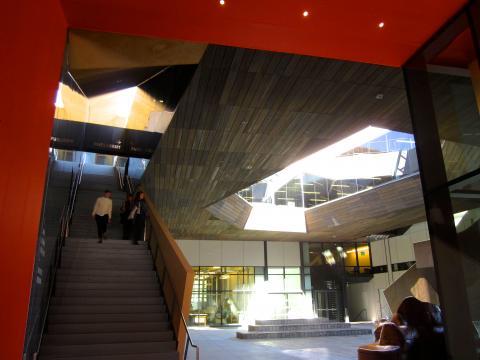 [Photo : Building aux formes contemporaines à Stanford]