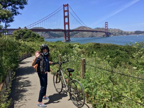 [Photo : cycliste devant le Golden Gate Bridge]