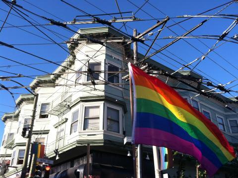 Photo : Drapeau arc en ciel du quartier gay