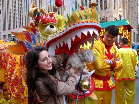 2 participants au défilé du Nouvel An Chinois avec dragon et chien