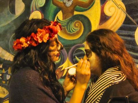 Préparation des maquillages Noche De Los Muertos San Francisco