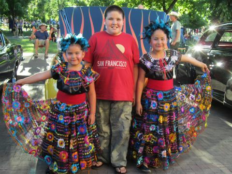 """3 enfants en costume traditionnel mexicain et T-shirt """"San Francisco"""""""