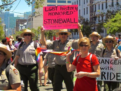 Park Rangers participants à la parade de la Gay Pride