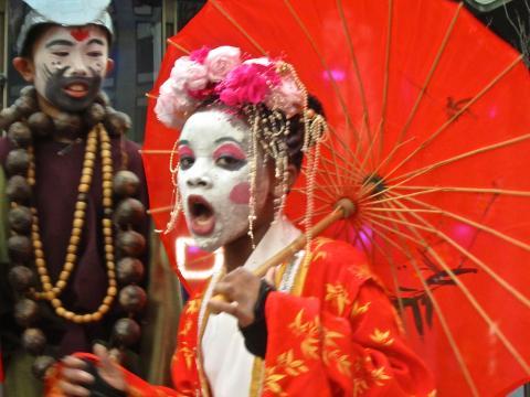 Jeune fille avec maquillage chinois et ombrelle rouge